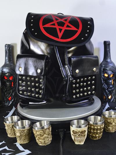 linda maleta cuerina negra taches plateados cordon ajustable broches bolsillos pentagrama grande rojo dark rockero envios nacionales domicilios bogota soacha