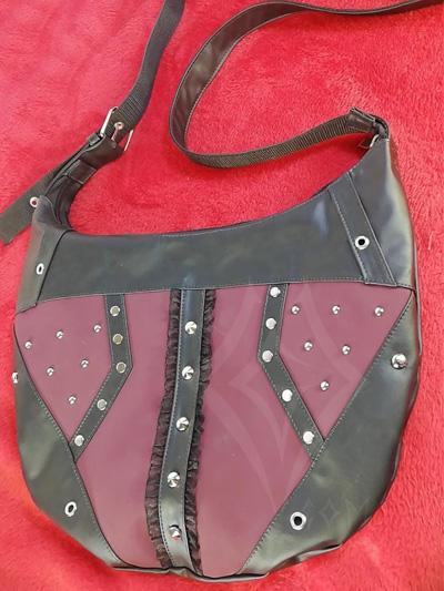lindo bolso elegante rockero negro vinotinto taches bordes correa ajustable cuerina envios nacionales domicilios bogota soacha